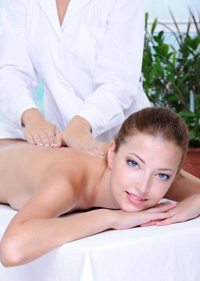 Hübsche Frau, die rückseitige Massage erhält lizenzfreie stockbilder