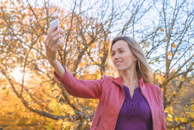 Hübsche Frau, die selfie Foto am Handy macht stockfotos