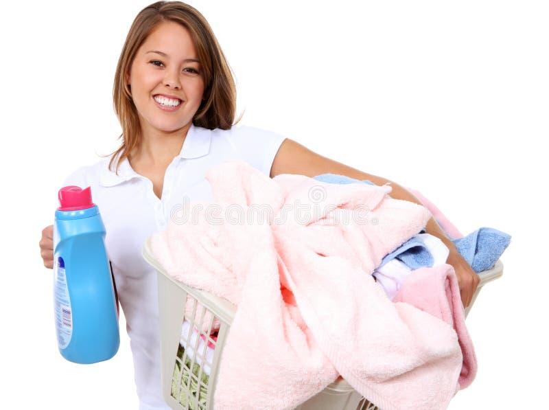Hübsche Frau, die Wäscherei tut lizenzfreie stockfotos