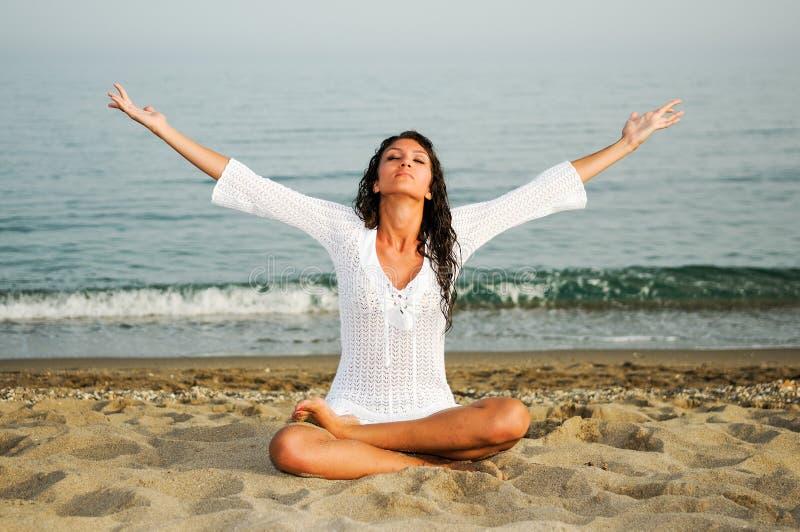 Download Hübsche Frau, Die Yoga Auf Dem Strand Tut Stockfoto - Bild von karosserie, schönheit: 26352310