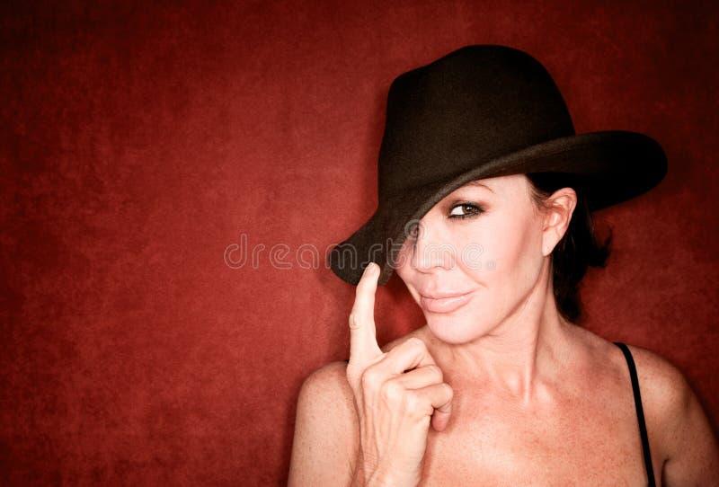 Hübsche Frau in einem Hut lizenzfreie stockbilder