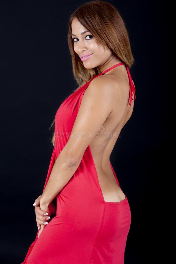 Hübsche Frau in einem sexy hellrosa Kleid stockbild