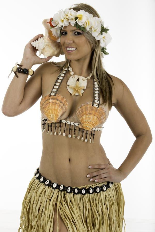 Hübsche Frau gekleidet im hawaiischen Kostüm lizenzfreie stockfotografie
