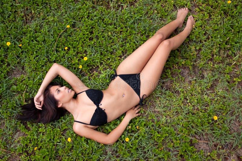 Hübsche Frau im Bikini lizenzfreies stockbild