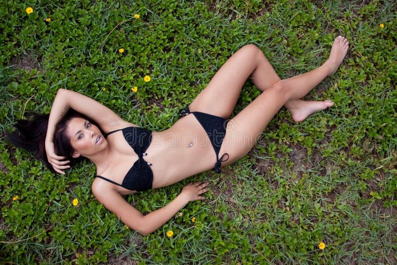 Hübsche Frau im Bikini lizenzfreie stockfotografie