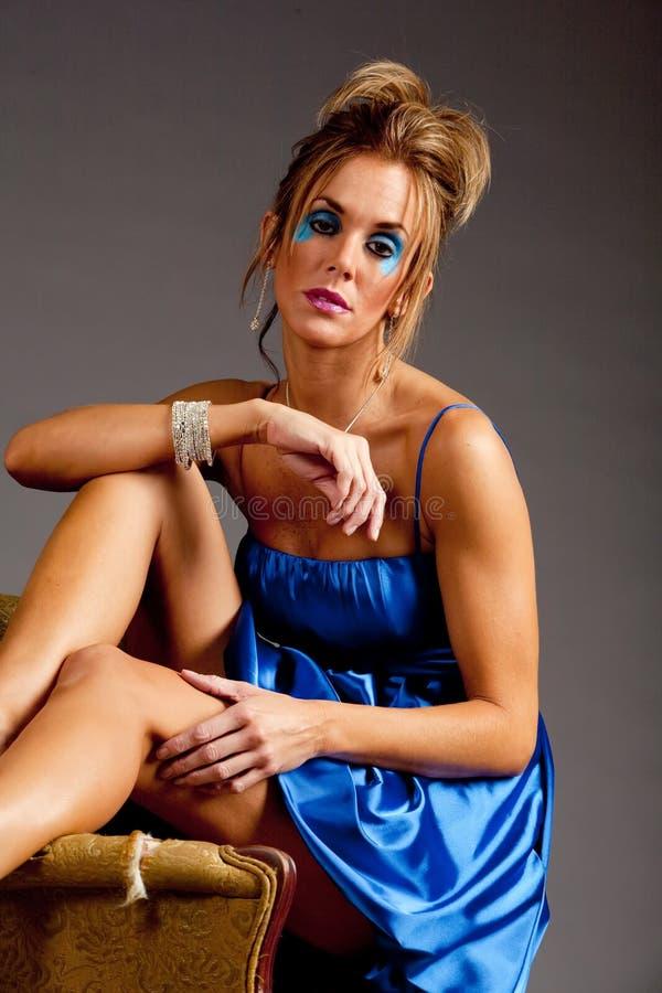 Hübsche Frau im Kleid stockbild