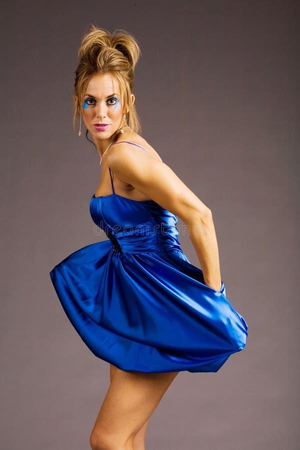 Hübsche Frau im kurzen Kleid stockfoto