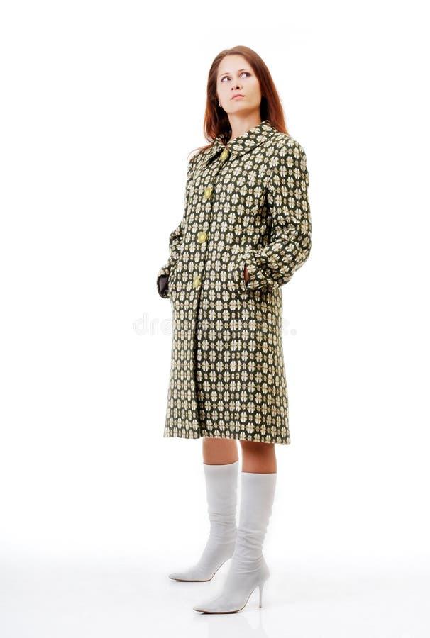 Hübsche Frau im Mantel. stockbild