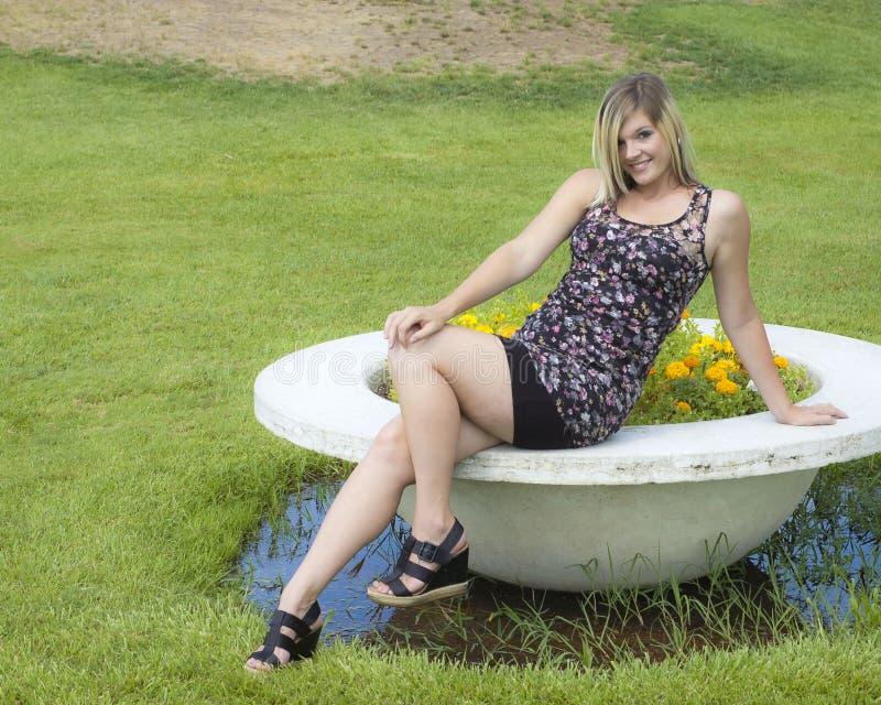 Hübsche Frau im Park lizenzfreie stockfotos
