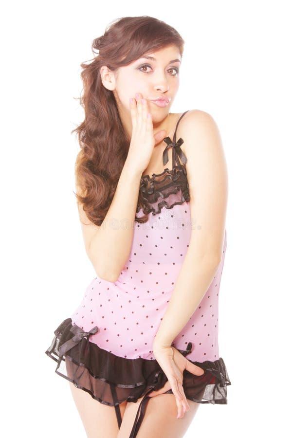 Hübsche Frau im rosafarbenen Kleid lizenzfreies stockbild