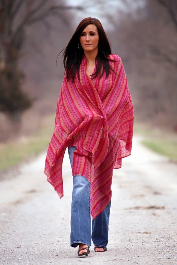 Hübsche Frau im roten Schal lizenzfreie stockbilder
