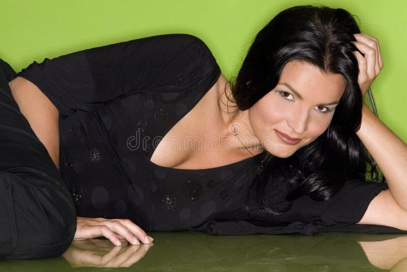 Hübsche Frau im Schwarzen lizenzfreie stockfotos