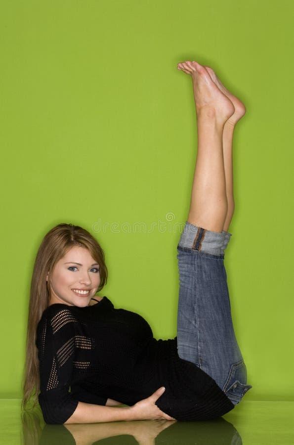 Hübsche Frau im Schwarzen stockfotos
