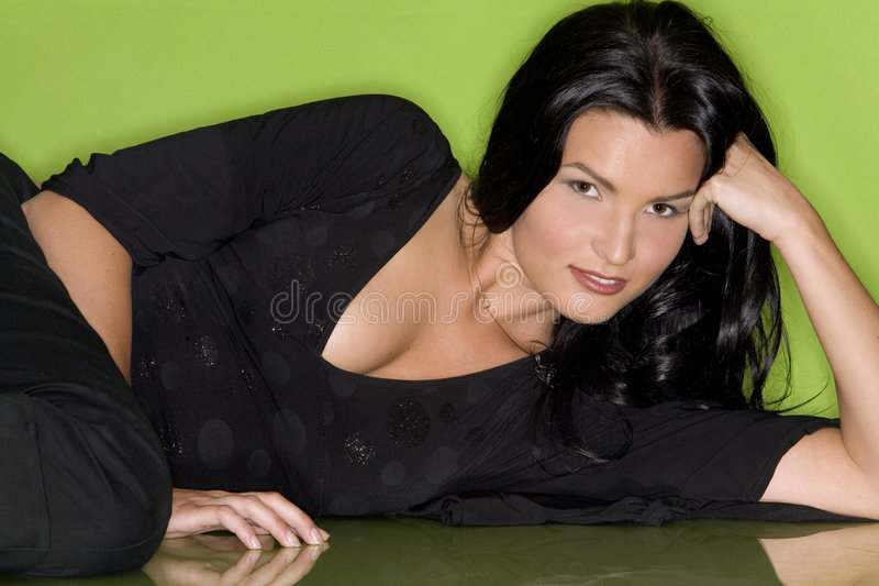 Hübsche Frau im Schwarzen lizenzfreies stockbild