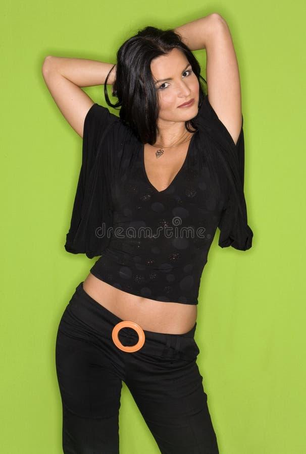 Hübsche Frau im Schwarzen stockbild