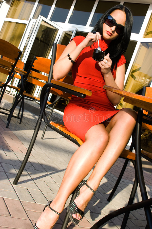 Hübsche Frau im Straßenkaffee lizenzfreies stockbild