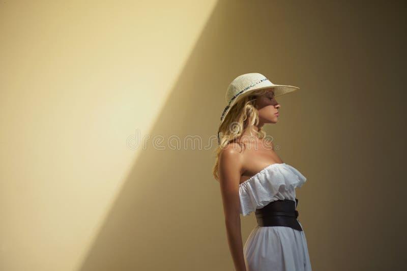 Hübsche Frau im Strohhut lizenzfreies stockbild