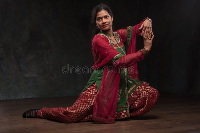 Hübsche Frau im traditionellen Kostüm stockbilder