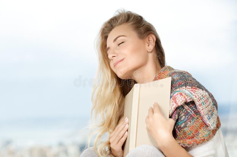 Hübsche Frau liest ein Buch stockfotografie