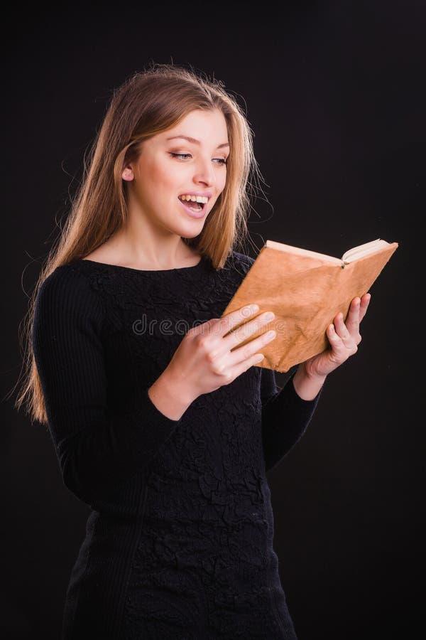 Hübsche Frau mit Buch lizenzfreie stockfotografie