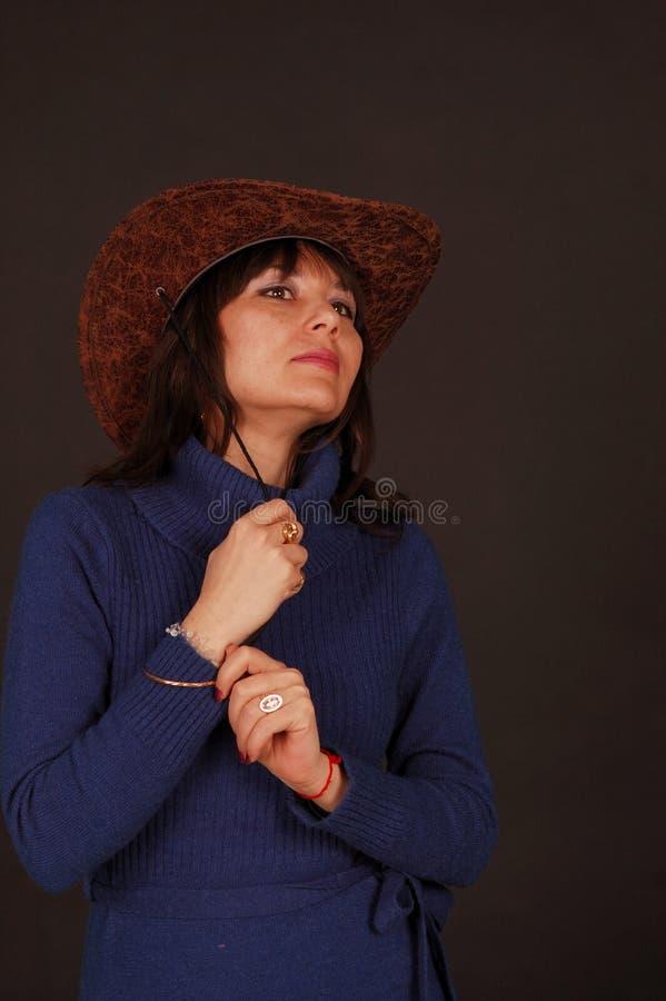 Hübsche Frau mit Cowboyhut lizenzfreie stockfotos
