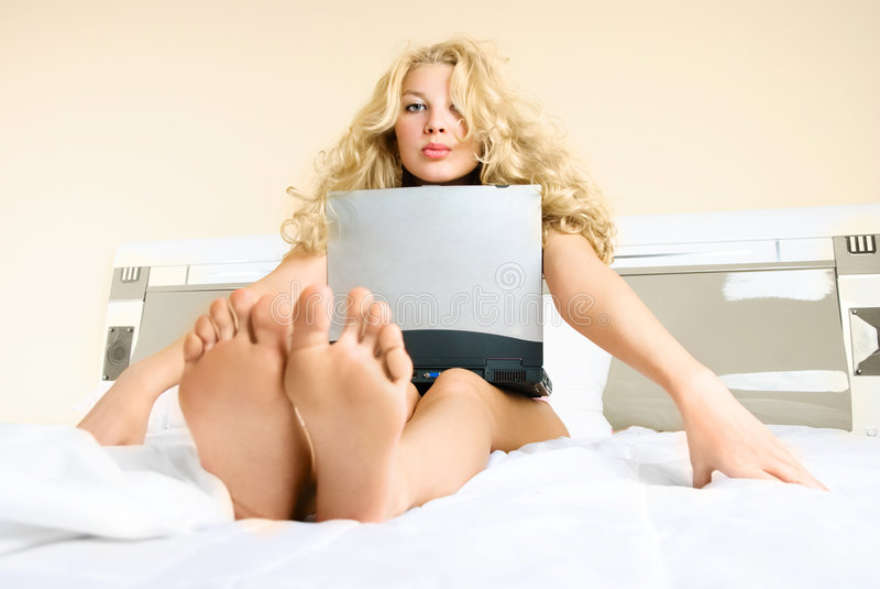 Hübsche Frau mit einem Laptop lizenzfreies stockfoto