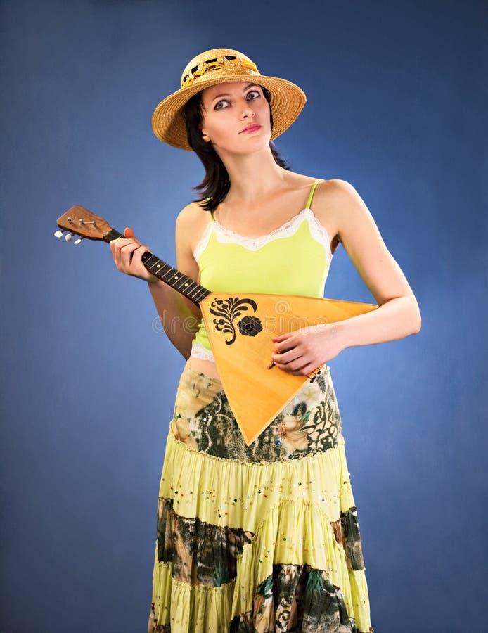 Hübsche Frau mit einem russischen Volksinstrument stockbilder