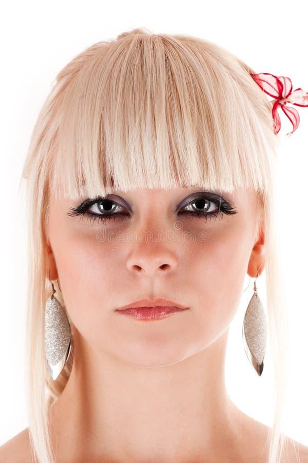 Hübsche Frau mit einer Blume im Haar lizenzfreies stockfoto