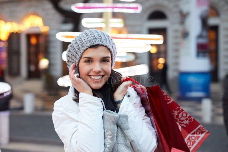 Hübsche Frau mit Einkaufenbeuteln stockbilder