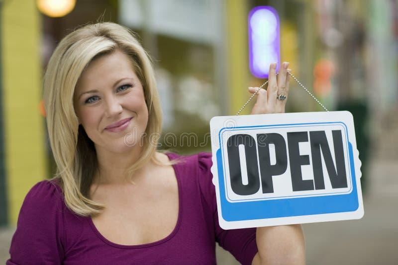 Hübsche Frau mit geöffnetem Zeichen stockbilder