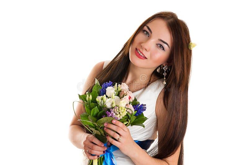 Hübsche Frau mit Hochzeitsblumenstrauß lizenzfreies stockbild