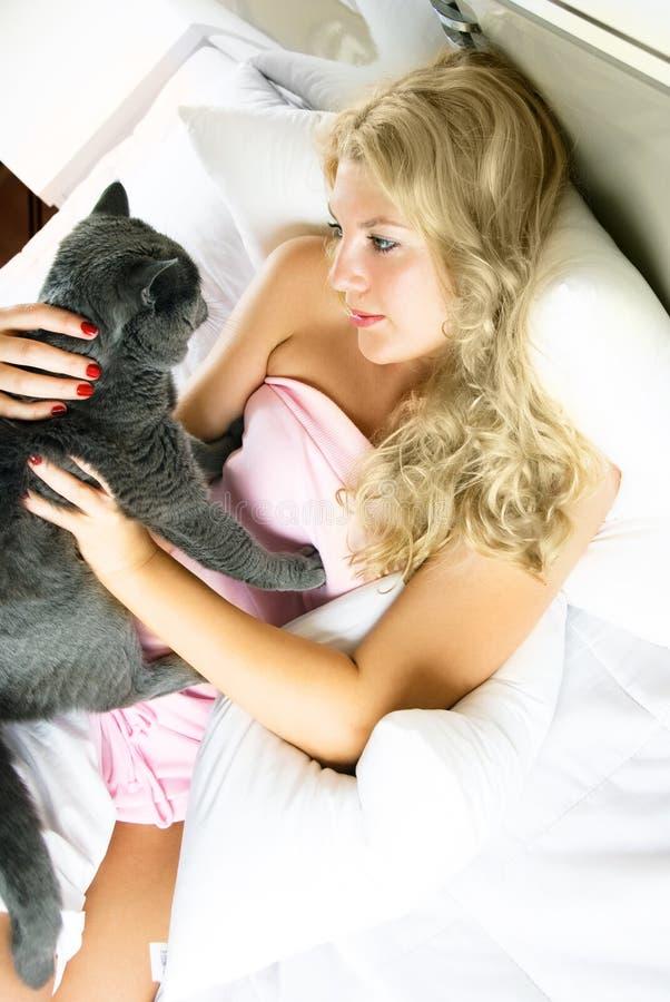 Hübsche Frau mit ihrer Katze stockbild