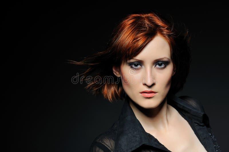 Hübsche Frau mit kurzer Art und Weisependelfrisur lizenzfreie stockfotos