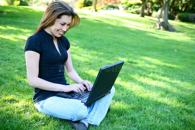 Hübsche Frau mit Laptop lizenzfreie stockbilder