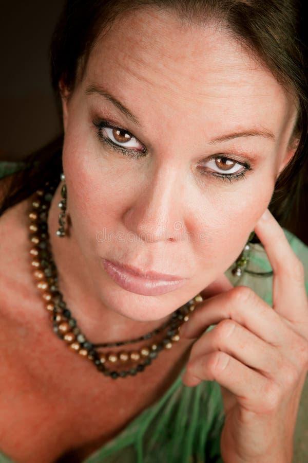 Hübsche Frau mit strengem Ausdruck lizenzfreie stockbilder