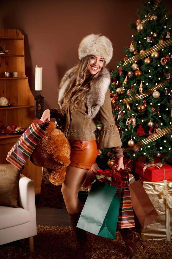 Hübsche Frau mit Weihnachtsgeschenken lizenzfreies stockbild