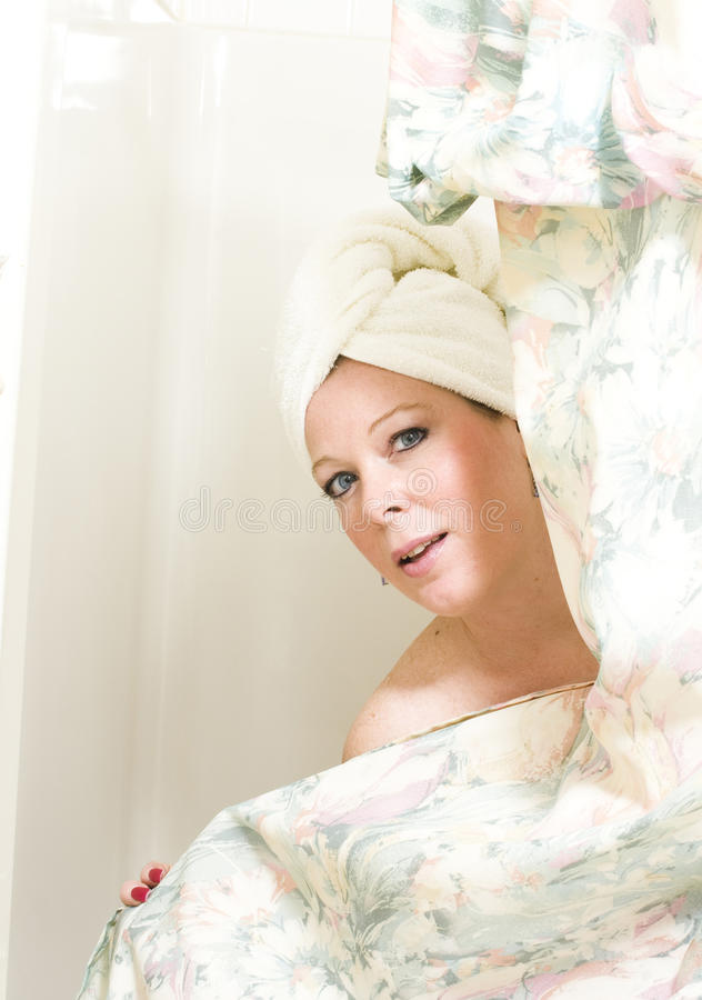 Hübsche Frau nach Dusche stockfotos
