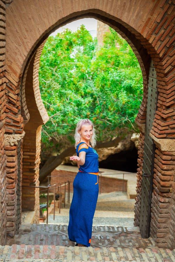 Hübsche Frau steht in der mittelalterlichen Festung stockfotografie