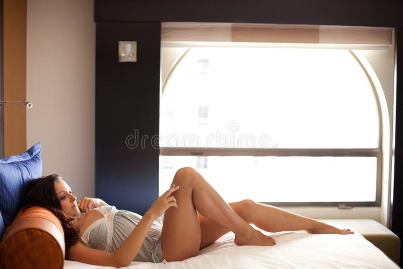 Hübsche Frau tief im Gedanken stockfotos