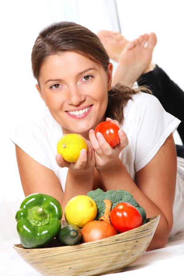 Hübsche Frau und Gemüse lizenzfreie stockbilder