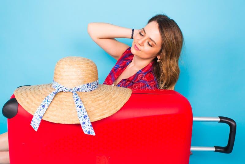 Hübsche Frau und roter Koffer Schönheits-, Mode-, Reise- und Leutekonzept stockbilder