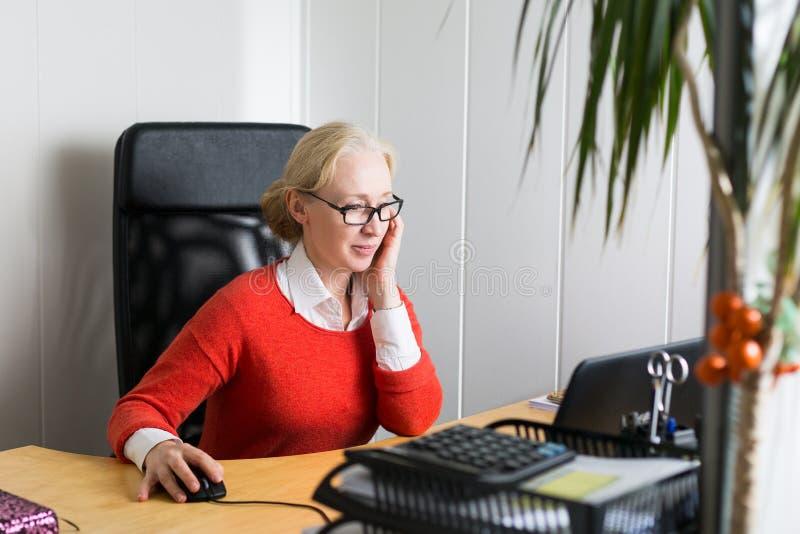 Hübsche Geschäftsfrau lizenzfreie stockfotografie