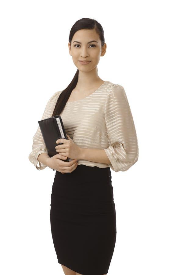 Hübsche Geschäftsfrau, die persönlichen Organisator hält stockfoto