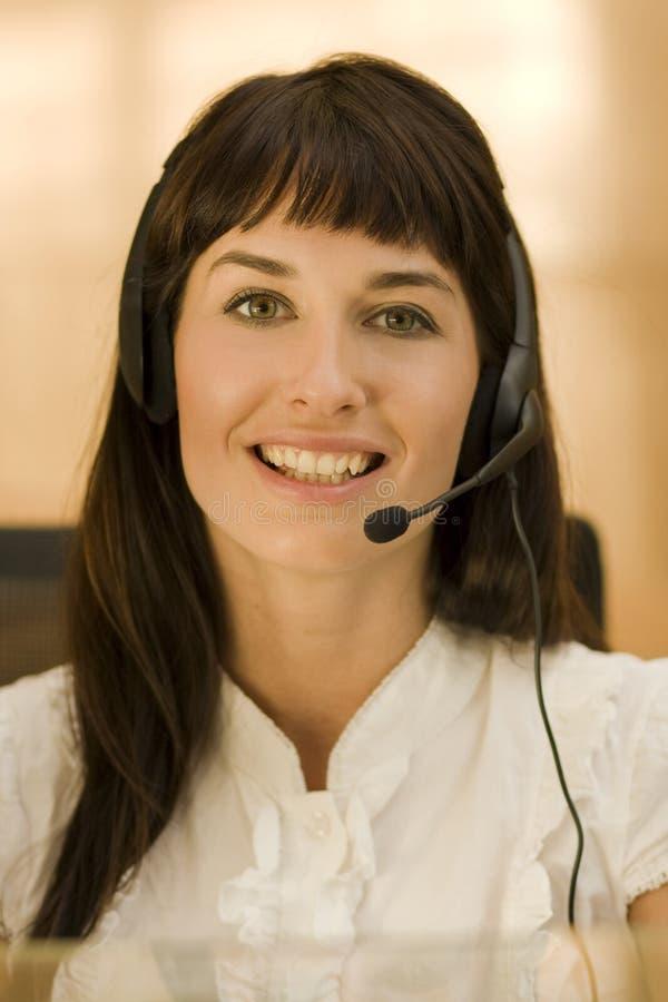 Hübsche Geschäftsfrau mit Kopfhörer lizenzfreie stockbilder