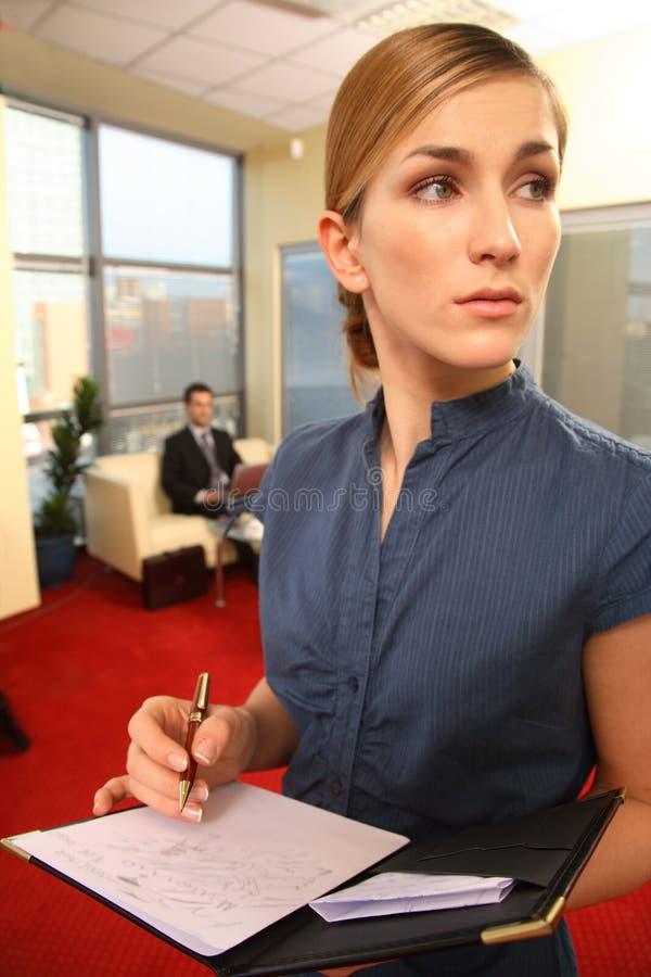 Hübsche Geschäftsfrau-Schreibens-Anmerkungen lizenzfreie stockbilder