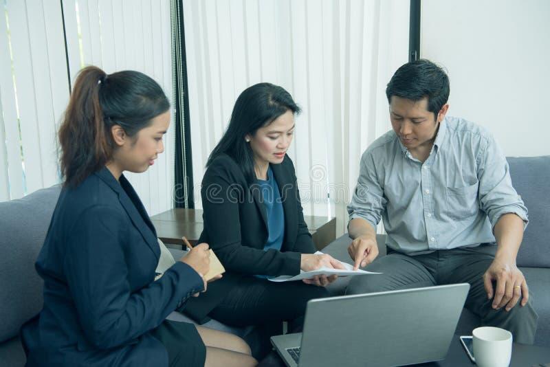 Hübsche Geschäftsinternierte, die auf ihren Teamleiter hören stockbild