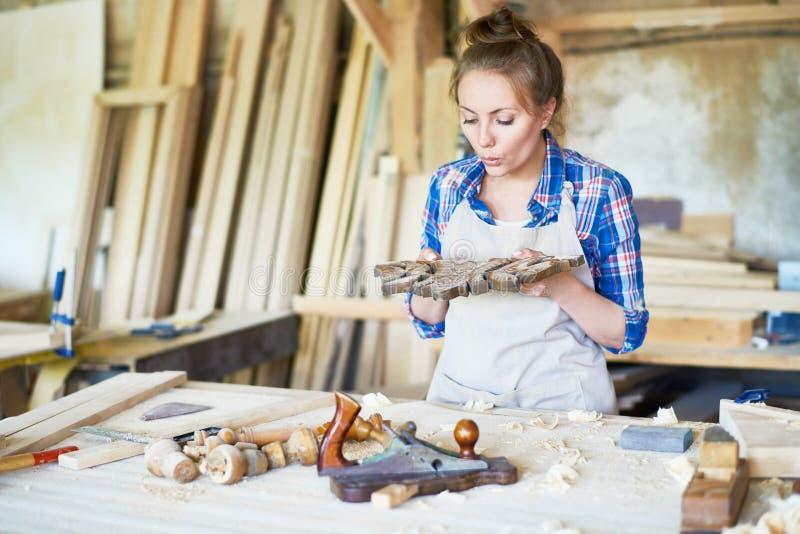 Hübsche Handwerkerin Wrapped oben in der Arbeit lizenzfreies stockfoto