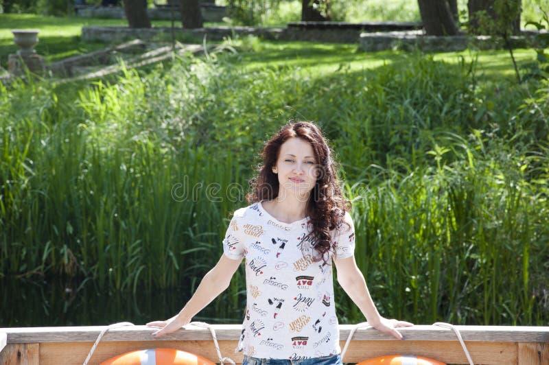Hübsche Hippie-Frau im Freien Porträt des schönen Mädchens mit dem gelockten brunette Haar Frühlingsporträt auf grüner Nat lizenzfreie stockfotos