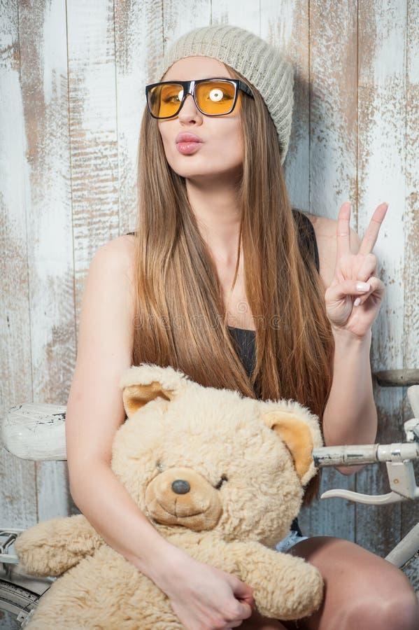 Hübsche Hippie-Frau mit Gläsern und Spielzeug stockfotos