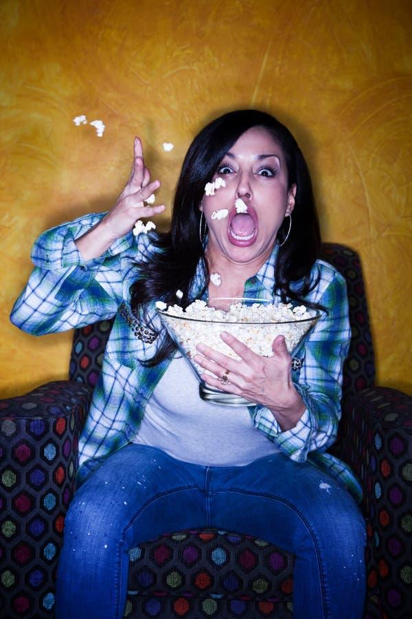 Hübsche hispanische Frau mit Popcorn lizenzfreies stockfoto